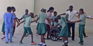 Estudiantes de Kay Germaine bailindo