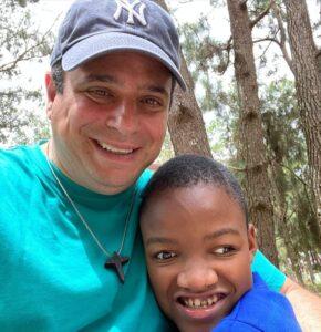 Padre Enzo con un niño haitiano